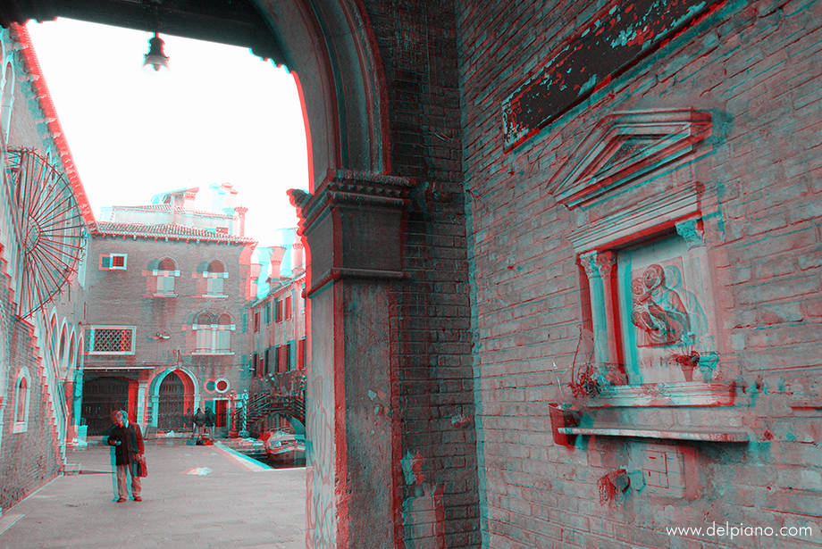 3D stereo Anaglyphs of peculiar street details in Venice